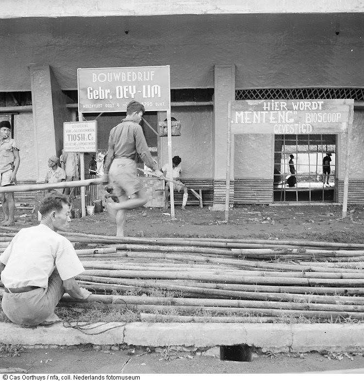 De 'Menteng'-bioscoop in de gelijknamige wijk te Jakarta in aanbouw, Indonesië (1947)