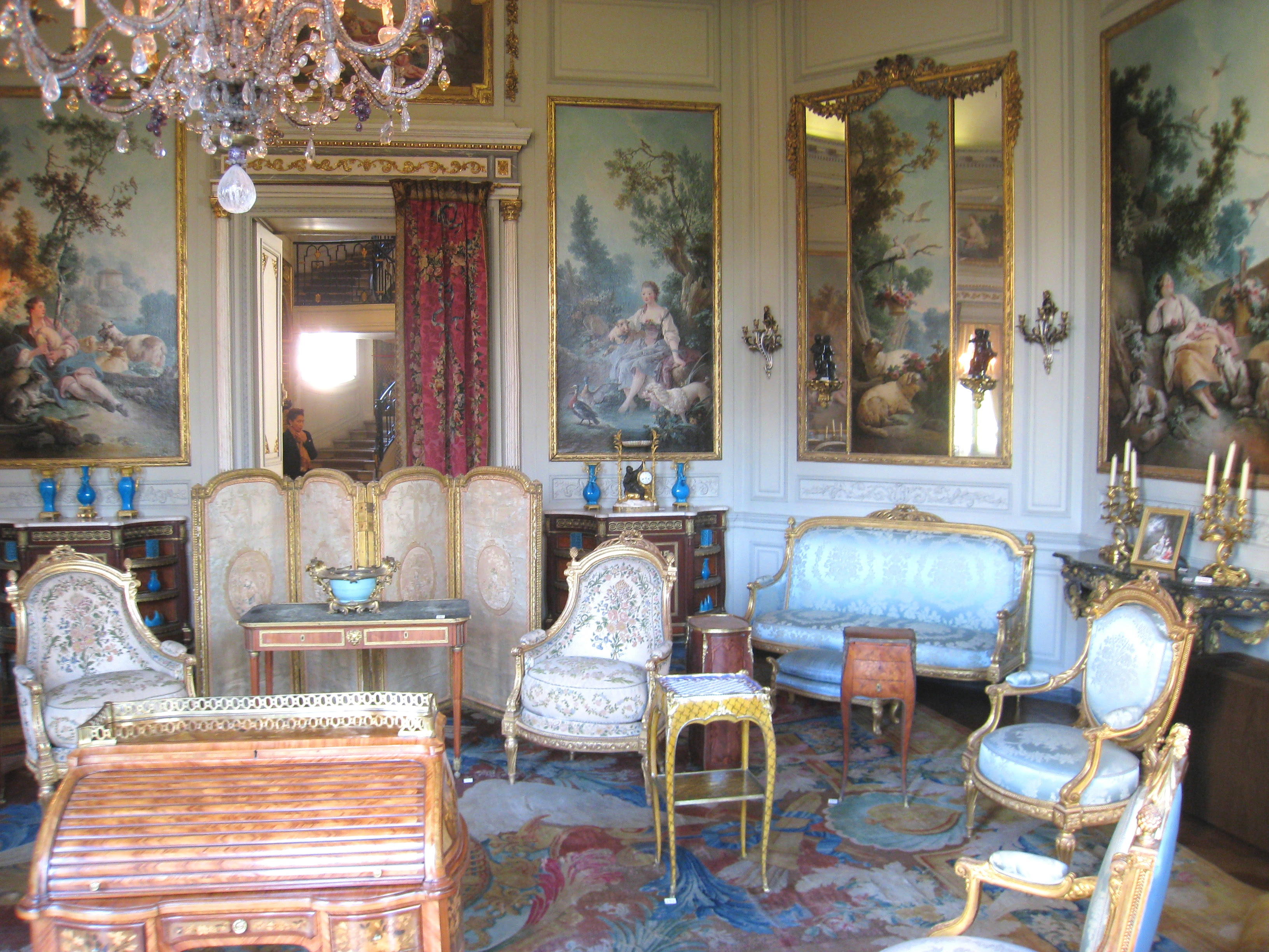 French-Rococo-style-living-room-with-elegant-furniture
