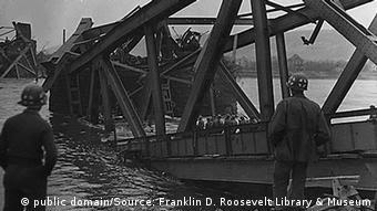 Η γέφυρα του Ρεμάγκεν λίγο πριν την κατάρρευσή της μετά την προέλαση των συμμάχων (Πηγή: Βιβλιοθήκη Φραγκλίνου Ρούσβελτ, N. Yόρκη)