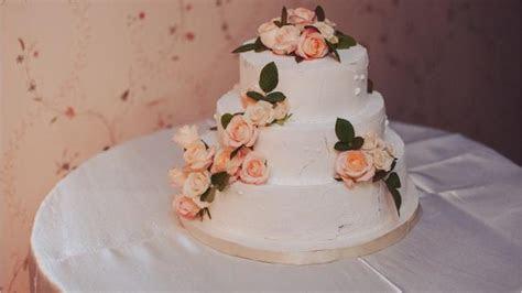 Oregon court upholds $135,000 fine in gay wedding cake case