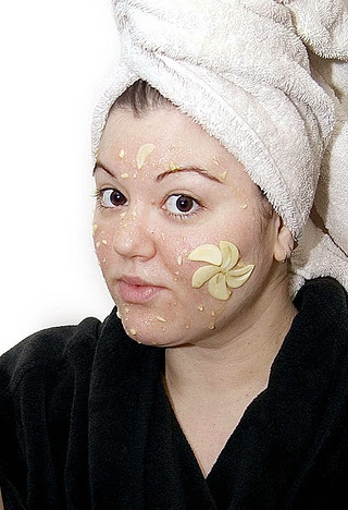 http://liveacolourfullife.files.wordpress.com/2012/07/acne-removing-garlic-and-carrot-mask1.jpg