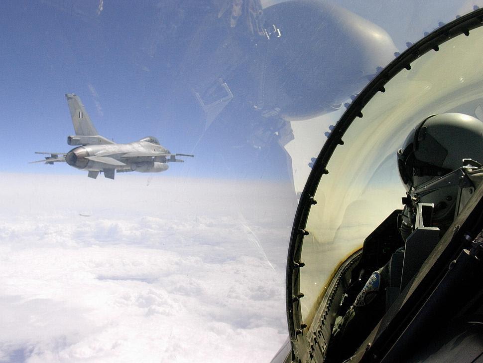 HAF F-16C volando sobre el mar Egeo
