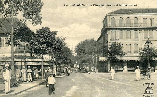 SAIGON - La place du Théâtre et la rue Catinat