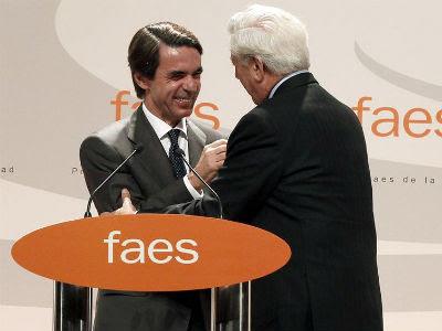 Vargas Llosa recibe el premio FAES a la Libertad de manos del expresidente del Gobierno José María Aznar, hoy en Madrid, en un acto al que también acudió Mariano Rajoy. EFE/Javier Lizón