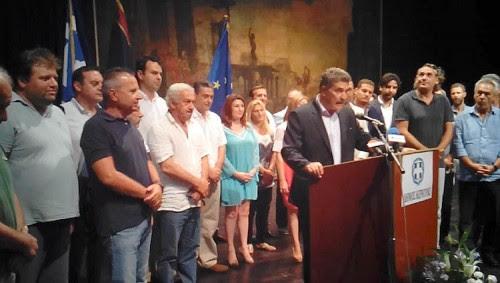 Ο νέος δήμαρχος Κ. Νικολούζος και σύμβουλοι της παράταξής του, όπως και σύμβουλοι της Λαϊκής Συσπείρωσης, ορκίζονται με πολιτικό όρκο