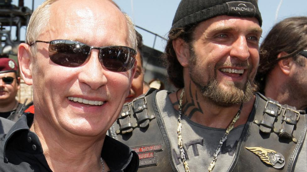 TETT FORHOLD:  Det er antatt at MC-bossen Alexander Zaldostanov (t.h) har et nært forhold til Russlands president Vladimir Putin. Foto: AFP Photo/RIA Novosti/NTB scanpix