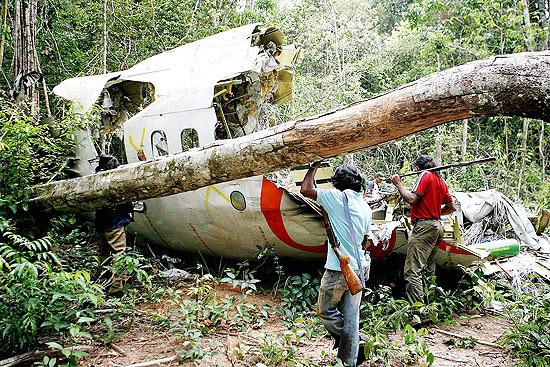 Destroços encontrados em área de mata fechada após a queda do Boing da Gol, que fazia o voo 1907 em 2006