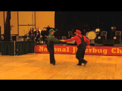 video que muestra El Baile de Super Mario Bros