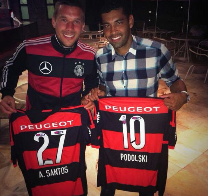 Podolski com André Santos e as camisas do Flamengo