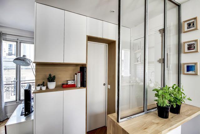 L'entrée de l'appartement pleine de rangements. Derrière la porte, une petite salle de bains bien pensée.