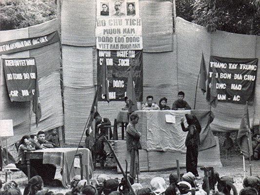 Đấu tố chủ nhân trước tòa án nhân dân. Nguồn: Franz Faber. Rot Leuchtet der Song Cai. 1955. Berlin, Kongress Verlag