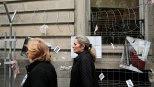 Dos mujeres paseando paseado por Madrid. / REUTERS
