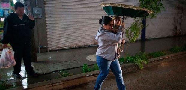 Una mujer camina bajo la lluvia en Ameca, Jalisco. Foto: Xinhua / Pedro Mera