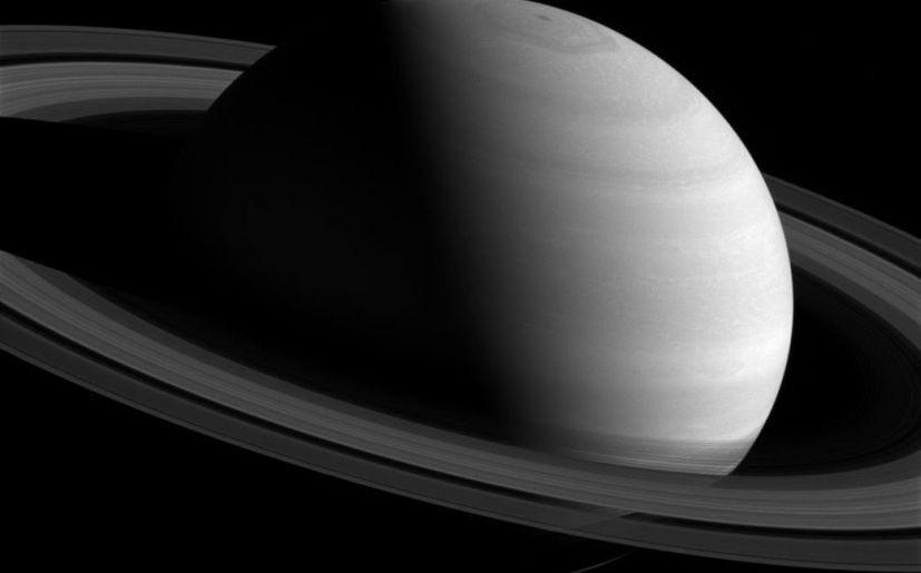 Cassini de la NASA trepa sobre lo alto para obtener esta imagen de Saturno para conseguir esta imagen. (Foto: NASA)