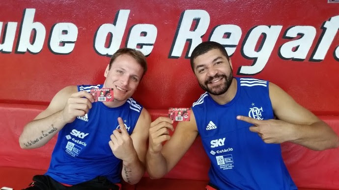 Rafael Luz e Olivinha exibem o Flapasse para a temporada do NBB 8 (Foto: Marcello Pires)