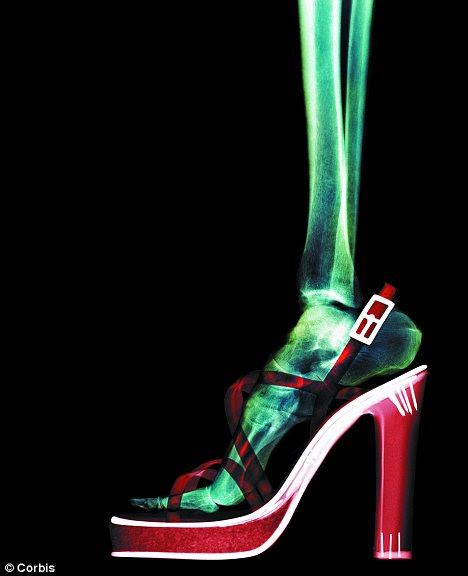 Bonita, mas dolorosa: Cientistas australianos dizem que usar saltos muda a forma como uma mulher anda - mesmo quando em apartamentos - para que ela coloca mais pressão sobre seus músculos da panturrilha