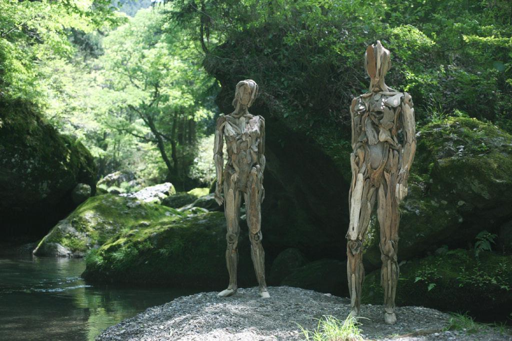 As inquietantes esculturas feitas com detrito de madeira no meio de bosque pelo japonês Nagato Iwasaki 11