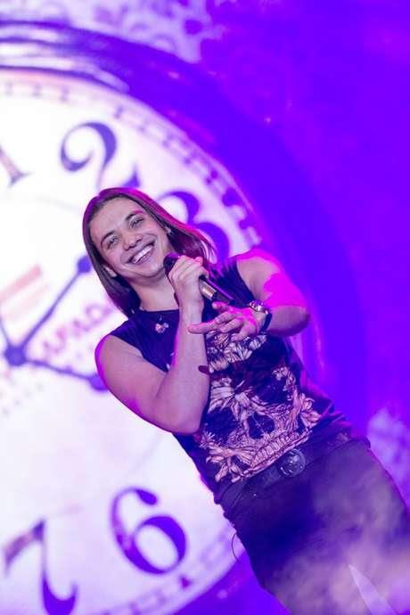O cantor começou sua trajetória em 2007, na banda Garota Safada, formada por irmãos e primos
