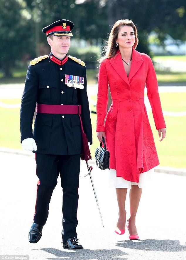 A rainha Rania da Jordânia, de 46 anos, pareceu espantada quando ela chegou para a Parada do Soberano na Academia Militar Real Sandhurst para ver seu filho Hussein se formar