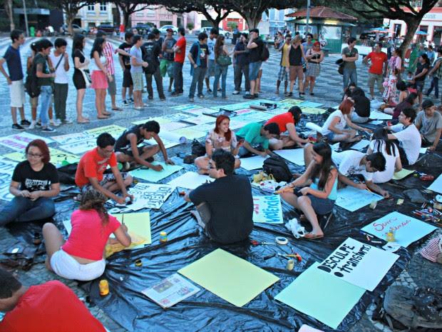 Enquanto cartazes eram pintados, grupos discutiam sobre as próximas manifestações (Foto: Romulo de Sousa/G1 AM)