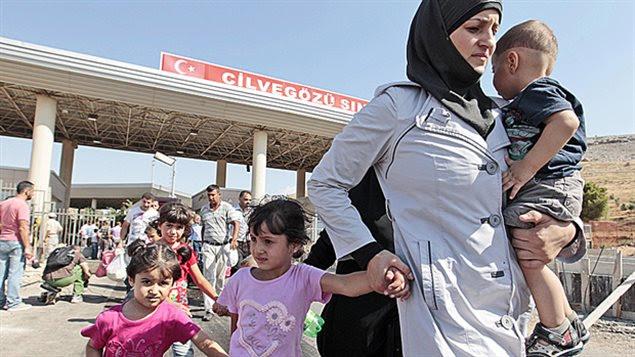 Des réfugiés syriens à la frontière de la Turquie.