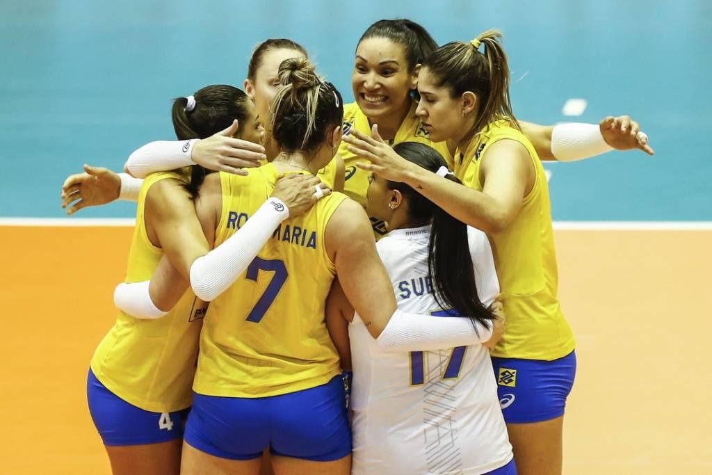 Jogadores do Brasil abraçadas, comemorando ponto
