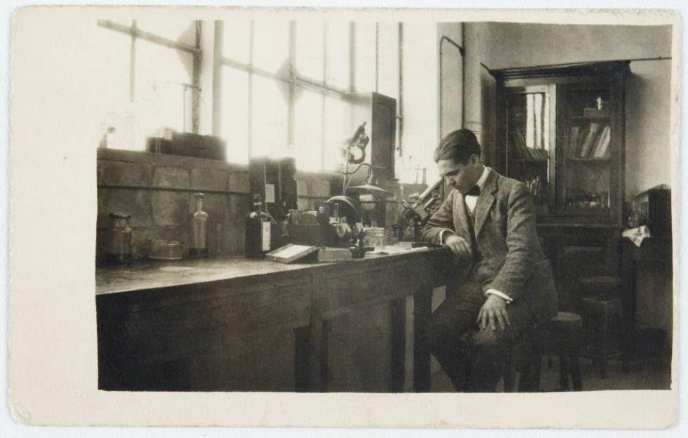 Federico García Lorca en el laboratorio de la Residencia de Estudiantes en 1923.