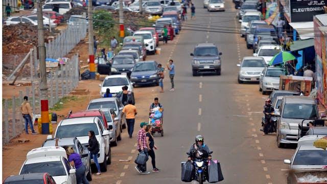 Los motoqueros son los encargados de cruzar los productos de Paraguay a la Argentina. Foto: LA NACION / Emiliano Lasalvia /Enviado especial