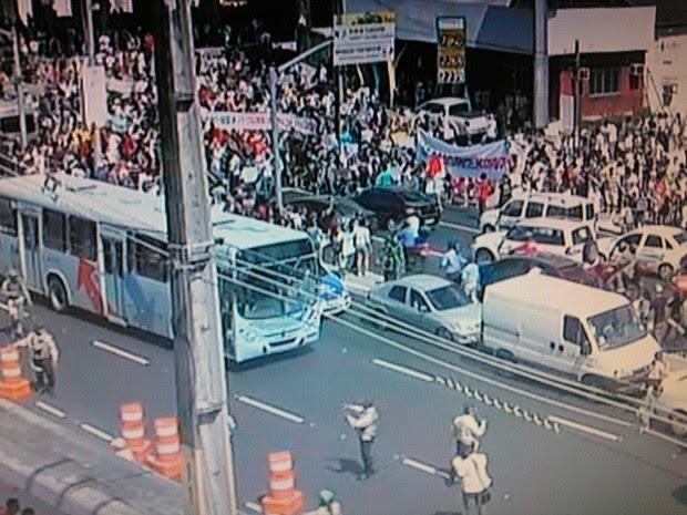 Manifestantes se concentram para a manifestação próxima ao Castelão (Foto: TV Verdes Mares/Reprodução)