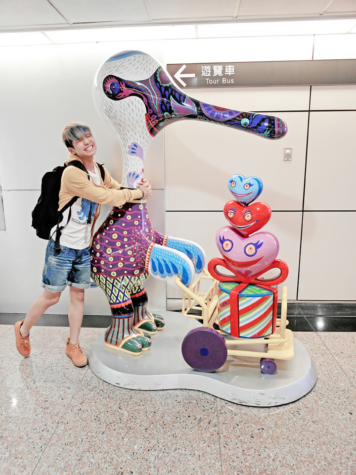 typicalben posing with a mascort over at taiwan tao yuan airport