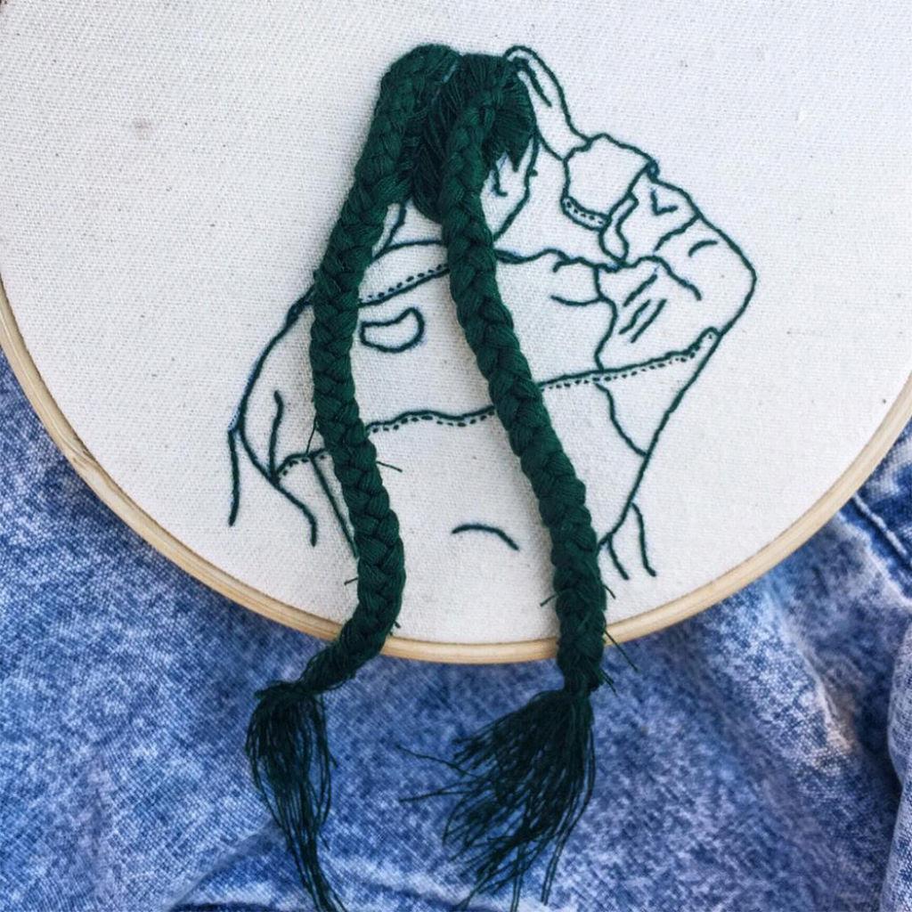 Artista borda retratos de mulheres com cabelos que saltam da tela 03