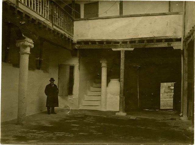 Posada de la Sangre a comienzos del siglo XX. Fotografía de Pedro Román Martínez. Centro de Estudios Juan de Mariana. Diputación de Toledo