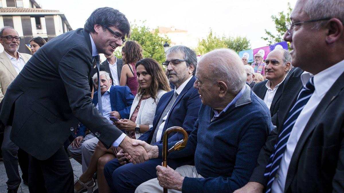 Carles Puigdemont saluda a Jordi Pujol, este martes, 1 de agosto, en la conmemoración del centenario de la muerte de Prat de la Riba, en Castellterçol.