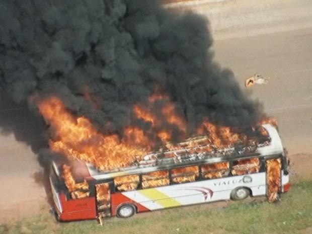 Ônibus que foi incendiado durante protesto por transporte público na BR-040 (Foto: TV Globo/Reprodução)