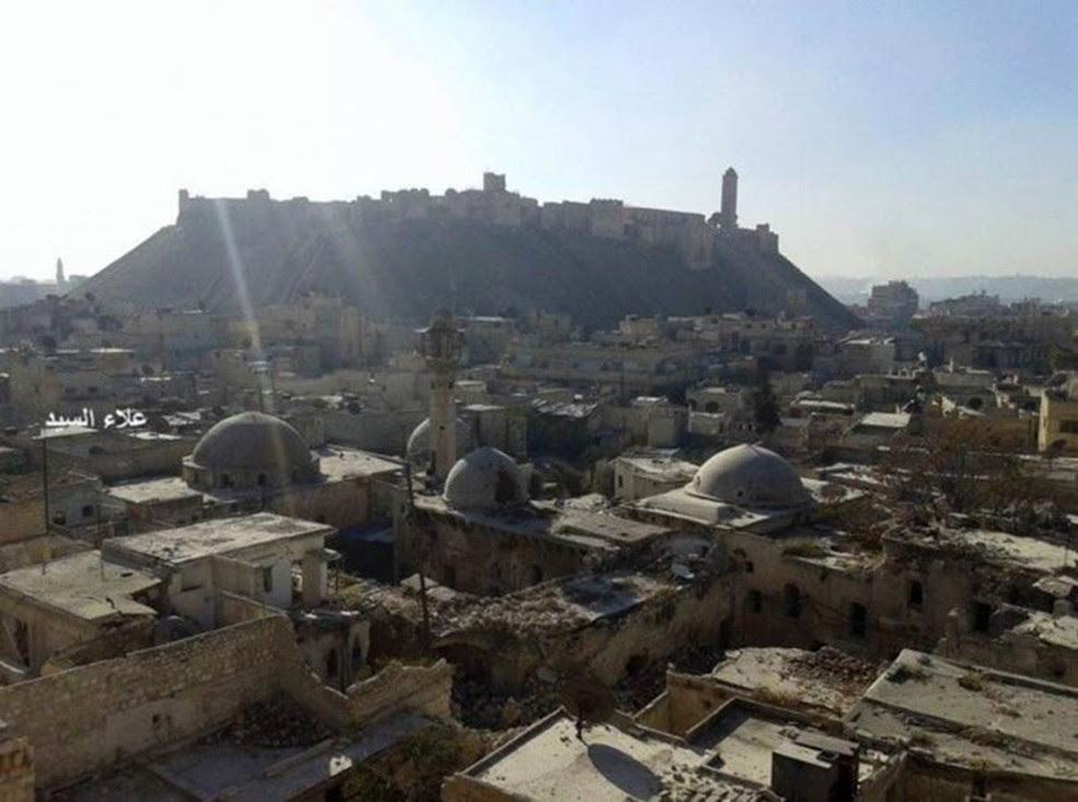 Fotografia tirada por Al Sayyed nos últimos dias revela sérios danos à parte antiga da cidade  (Foto: Arquivo Nacional de Aleppo / BBC)
