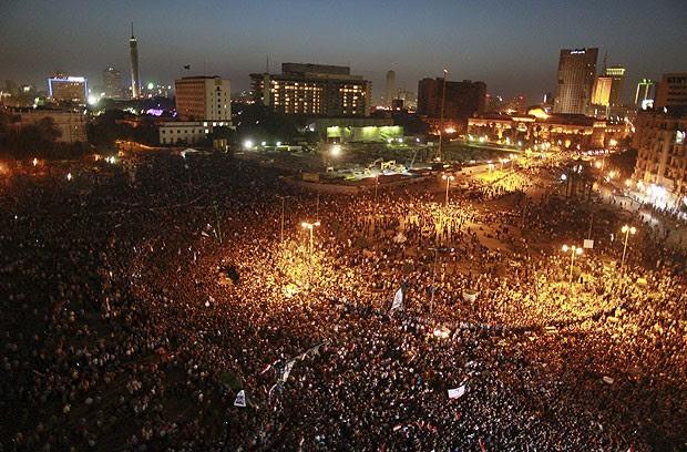 Manifestantes na Praça Tahir, no Cairo, após condenação do ex-presidente egípcio Hosni Mubarak (Foto: Mohammed Salem/Reuters)