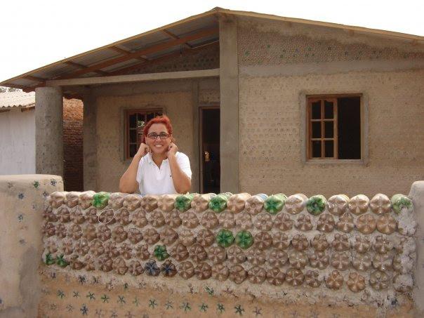 perierga.gr - Η γυναίκα που φτιάχνει σπίτια από μπουκάλια για φτωχούς!