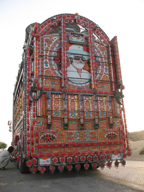 Arte dos coloridos caminhões paquistaneses 16