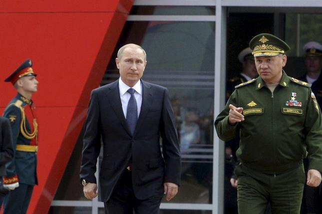 O presidente russo, Vladimir Putin (L) e ministro da Defesa, Sergei Shoigu chegam para a abertura do fórum militar internacional Army-2015 em Kubinka, nos arredores de Moscou, Rússia, 16 de junho de 2015. REUTERS / Vasily Maximov / Pool