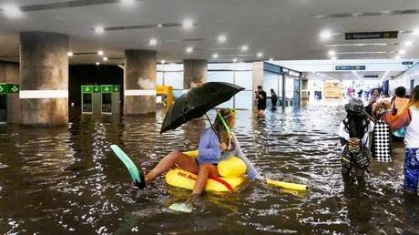 Flooded train station? Just swim on ducky float and ignore traffic chaos (VIDEOS)