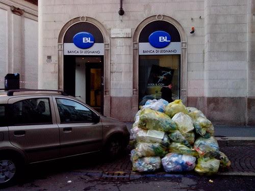 Fuori dalla banca in via di Verdi by Ylbert Durishti