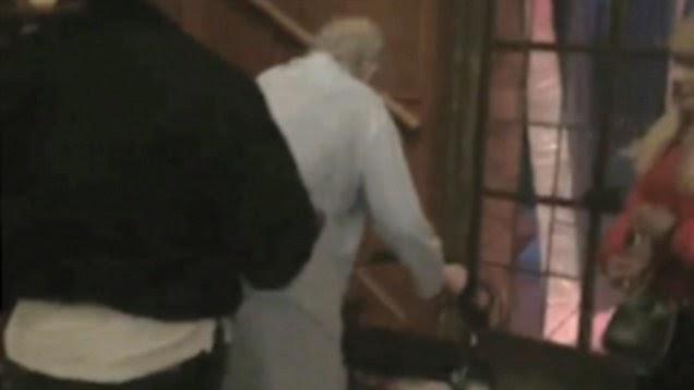 ΝΤΟΚΟΥΜΕΝΤΟ: οι τελευταίες στιγμές του Χιου Χέφνερ σε ΒΙΝΤΕΟ! Περπατά με πι!