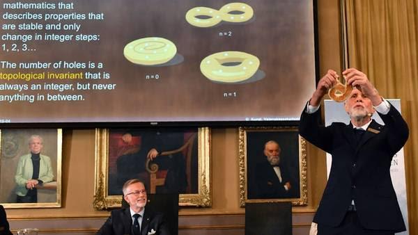 Un bagel. El ejemplo que usó el Comité Nobel para explicar hoy el premio de Física (AFP)