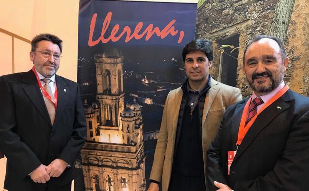 Fran Rivera y el alcalde de Llerena, Valentín Cortés (derecha), en Fitur./HOY