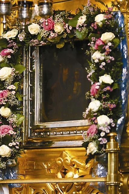 По преданию, жертвователю иконы было видение, где Богоматерь с присущей истинной матери скромностью пожелала, чтобы эта икона не была украшена ризою