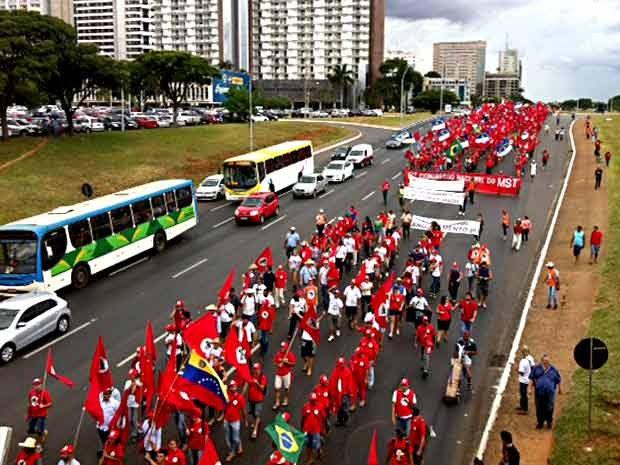 Manifestantes do MST descem pela via S1 do Eixo Monumental, em Brasília, durante marcha (Foto: Filipe Matoso/G1)