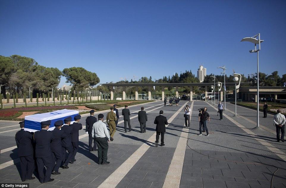 jornada final: Corpo Peres 'começa a partir do Knesset, o parlamento de Israel, para um terreno no mais famoso cemitério de Israel