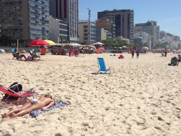 Cariocas aproveitaram manhã para pegar sol no Rio (Foto: Lívia Torres/ G1)