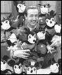 Walt con muchos de felpa de Mickey Mouse Dolls  © Disney