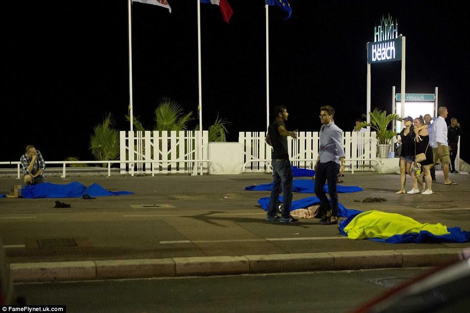 sobreviventes atordoados ficou apenas pés longe dos corpos de cinco pessoas que foram executados ao longo do lado de HiBeach em Nice, na foto